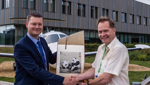 JITRI副总裁Paul Burrows(右)向TWI运营副总裁Mike Russell赠送礼物